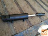 Dvostranski cilinder z eno batnico