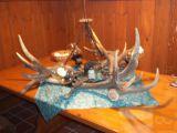 kovaško izdelan luster z trofejnimi rogovi jelena